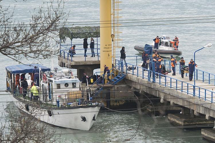 Спасатели проводят операцию по поиску обломков самолета