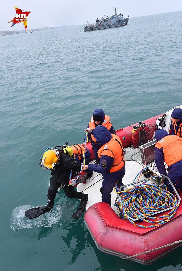По словам специалистов, глубина в районе поисков примерно одинаковая — около 25 метров.