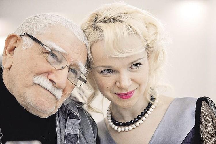 81-летний Армен Борисович счастлив с молодой женой - 37-летней пианисткой Виталиной Цымбалюк-Романовской. Фото: Мария Тер