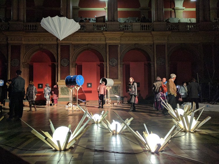 """Сверху - дышащие зонты Райана Вулфа. Под ними - """"Капли"""" Петра Белого из стекла и дерева."""