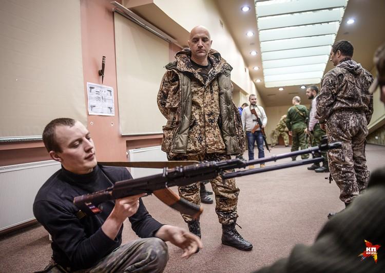 Вдоль строя, не спеша, прохаживается Захар — в камуфляже и с пистолетом ТТ на бедре