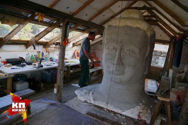Буддисты уже установили статую Будды