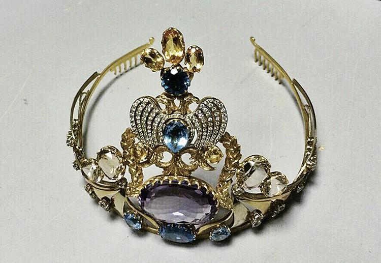 Наш корреспондент обнаружил, что кто-то продает за долги корону «Миссис Россия» со 124 бриллиантами - просят 2,5 миллиона рублей. Фото: ФССП РФ
