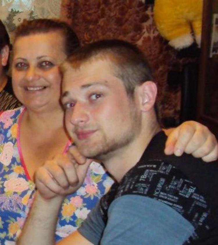 Антон с мамой. Фото: из семейного архива.