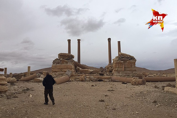 Журналисты в исторической части Пальмиры осматривают разрушения.