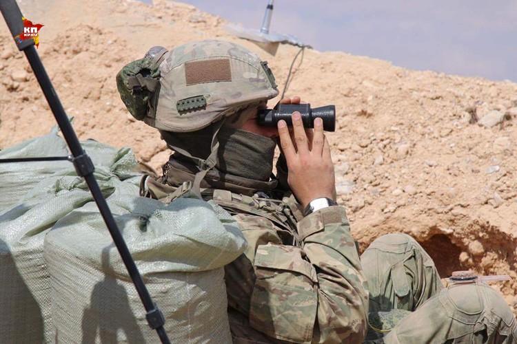Боец ССО ведет наблюдение за территорией противника