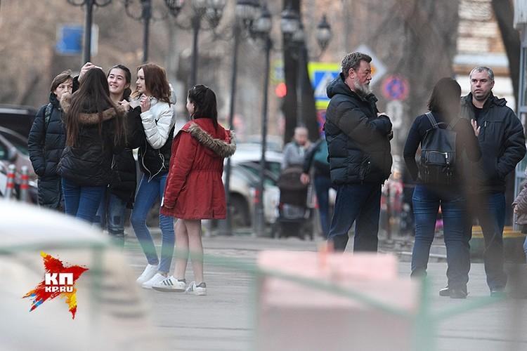 Пока наши корреспонденты пытались поговорить с родителями Дианы (на фото - справа), сама девушка делала селфи со своими юными поклонницами.