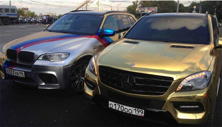 В семейном автопарке — традиционный черный «Гелендваген», БМВ Х5, еще два БМВ и «золотой» внедорожник «Мерседес»