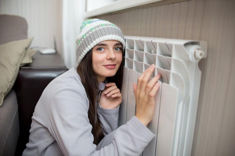 По закону собственники обязаны рассчитываться за тепло каждый месяц - даже летом.