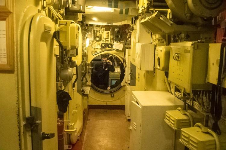 Коридоры подводной лодки узкие и тесные