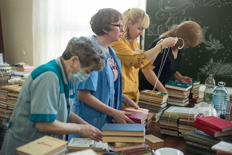 Книги оперативно упаковывают сотрудники библиотеки.