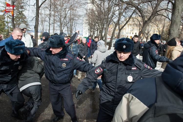 Вопреки всему участники акции прорвались в сквер