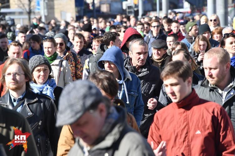 Довольно быстро на Тверской сошлись два потока. «Участники» шествия и несчастные, пытавшиеся попасть через эту человеческую пробку в метро