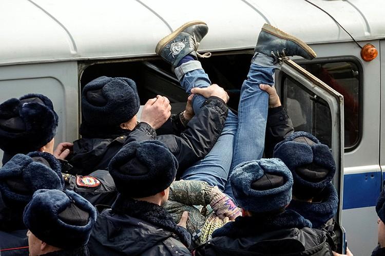 Задержание участницы несанкционированного митинга во Владивостоке.