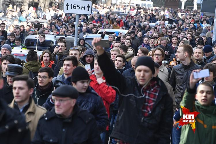 Митинг в центре Москвы не был согласован столичными властями, но всё же вылился в одно из самых массовых шествий оппозиции последних лет.