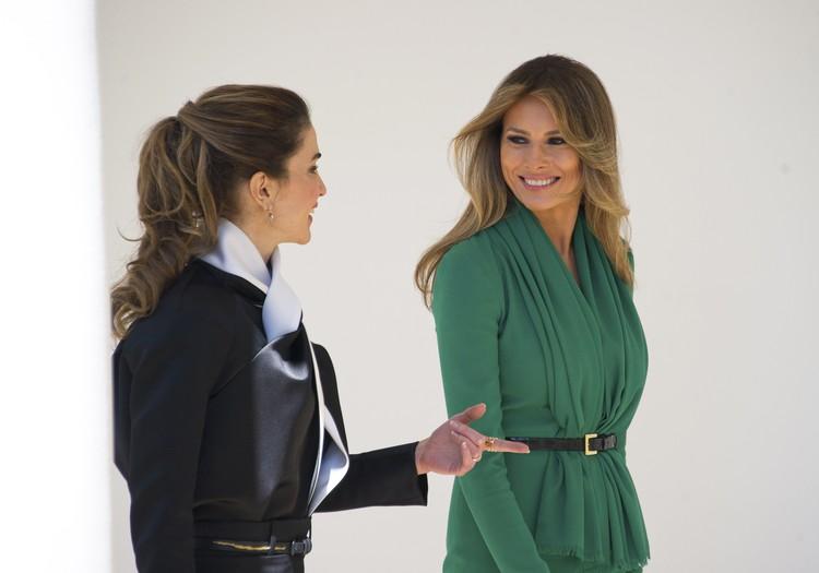 Рания, , обычно предпочитающая более открытые и элегантные наряды, выбрала черно-белую блузку и юбку-карандаш.