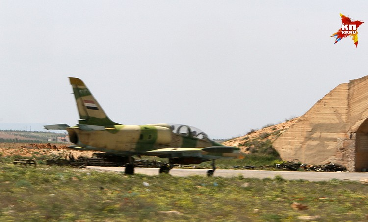 Огромная авиабаза раскинулась в долине в провинции Хомс недалеко от трассы, идущей на Дамаск