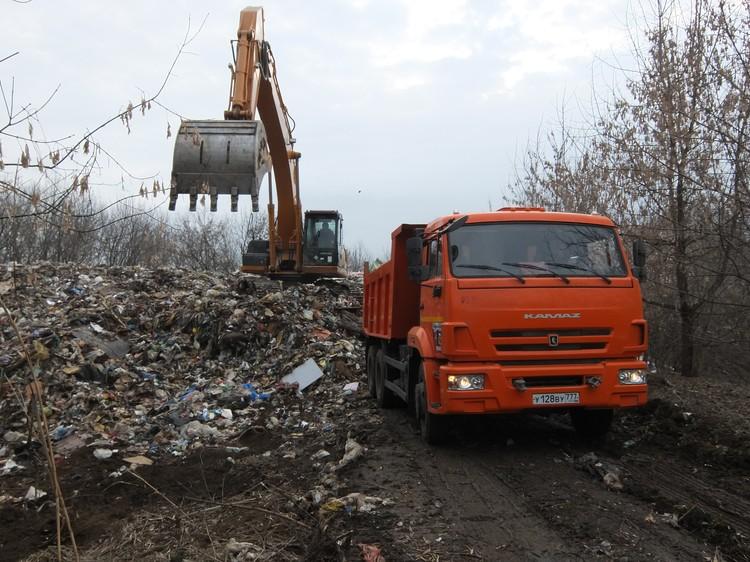 Зачастую мусоровозы сваливают отходы, не доезжая до полигона.
