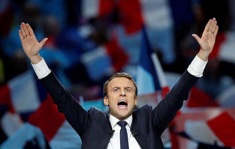 Эммануэль Макрон празднует результат первого тура выборов.