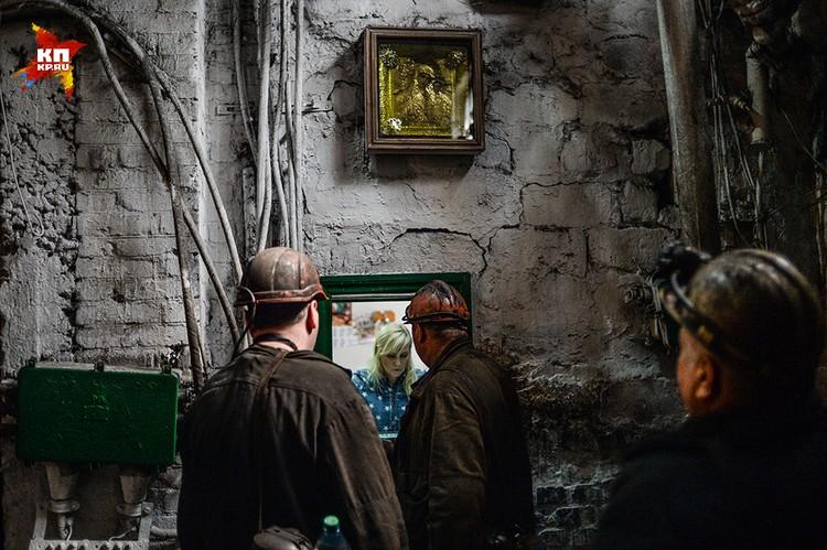Перед спуском в шахту, шахтеры получают личные номерки, когда поднимаются на поверхность – сдают. Система безопасности и контроля, «по-науке» называется «Табельный учет спуска и подъема людей».Икона с Казанской Божьей матерью тут не случайно