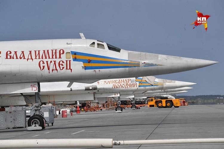 Бомбардировщики Ту-160 на аэродроме Энгельса.