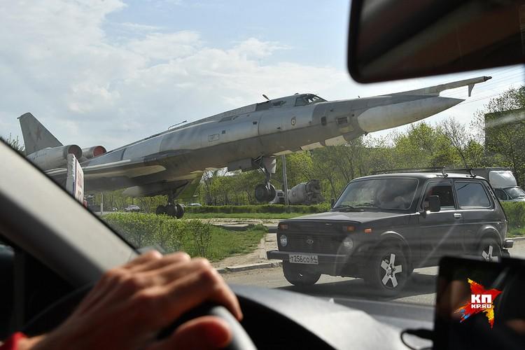 В городе Энгельс самолеты-памятники установлены чуть ли не на каждой улице.