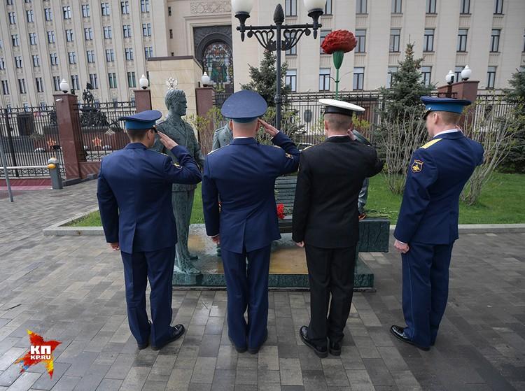 Четыре молодых офицера в парадной форме на Фрунзенской набережной не привлекали к себе повышенного внимания