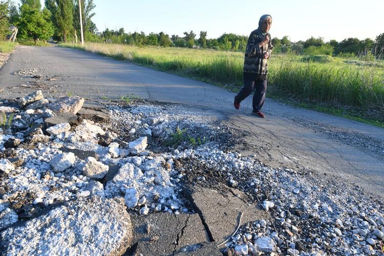 Воронки от мин и снарядов почти на каждой улице