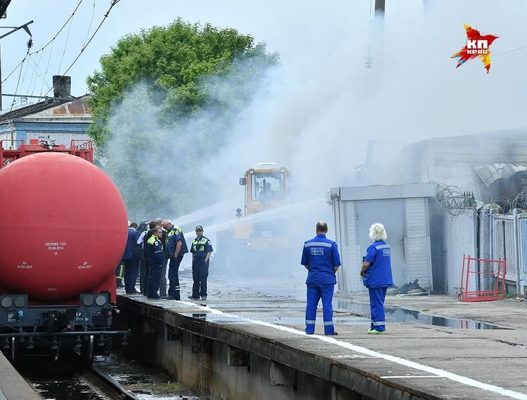 Для тушения пришлось использовать пожарный поезд.