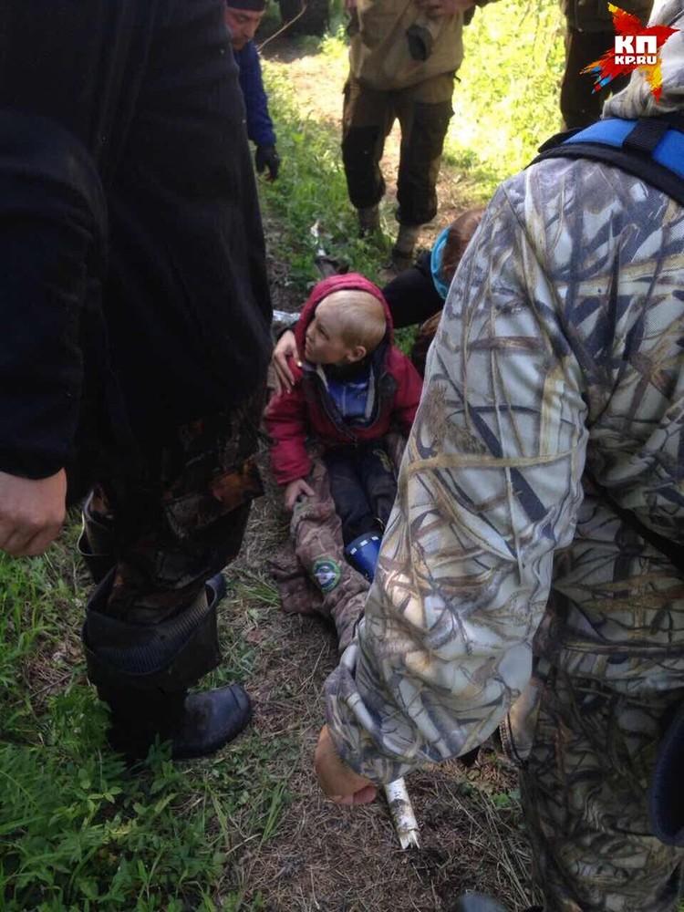 Мальчика вынесли на самодельных носилках
