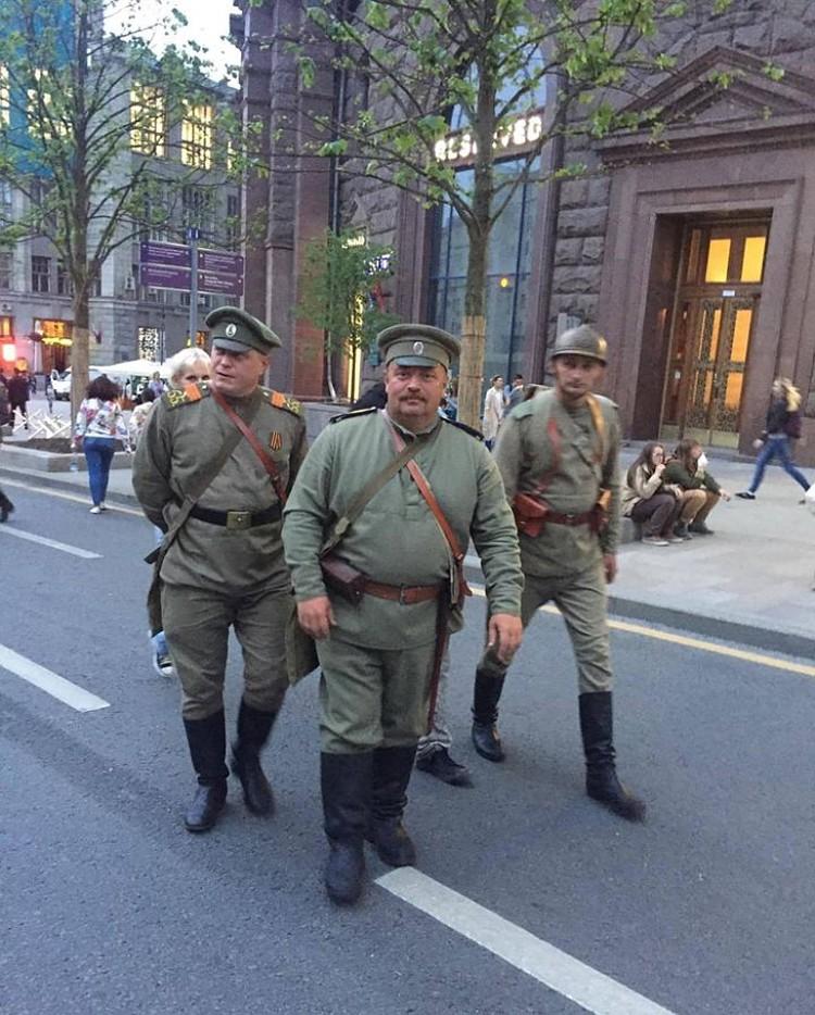 Там неподалеку, к примеру, и такие люди в форме ходили Фото: Петр СИМОНОВ