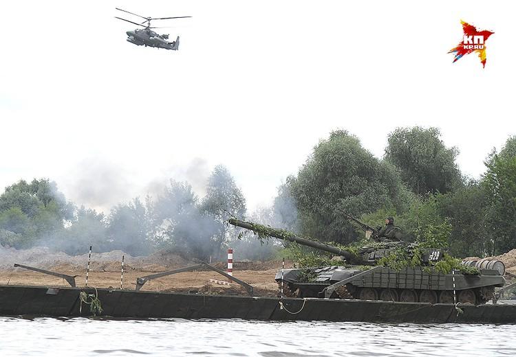 Танки под прикрытием вертолетов форсируют реку.