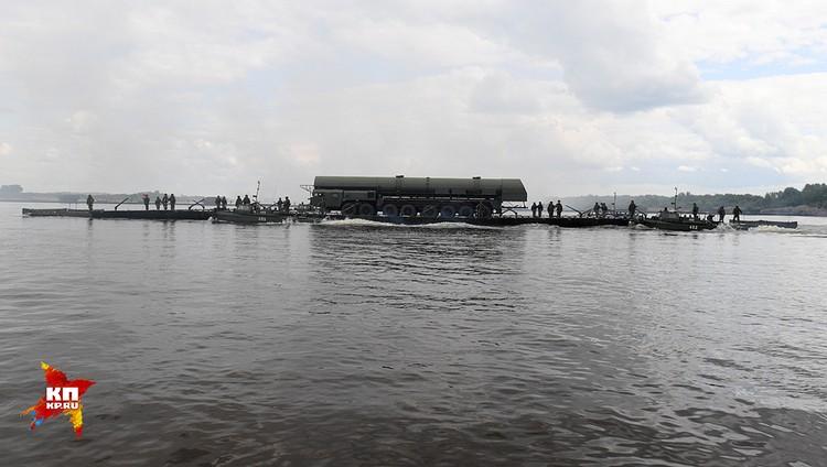 Ракетный комплекс «Ярс» с легкостью преодолевает водную преграду с помощью новейшего 360-тонного парома.