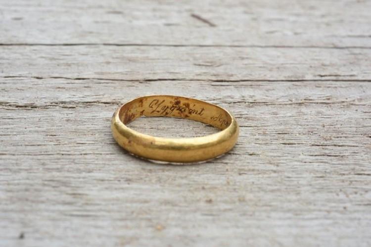 Кольцо с гравировкой, найденное в Вильнюсе. Фото: lrkm.lt
