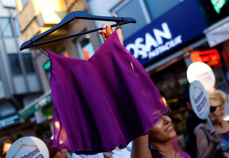 Турчанки не хотят носить постылую традиционную одежду, которую им навязывают консервативные отцы, мужья и братья