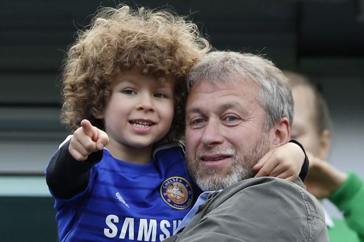 "2015 год, Роман Абрамович с сыном Аароном на матче ""Челси"" в Лондоне."
