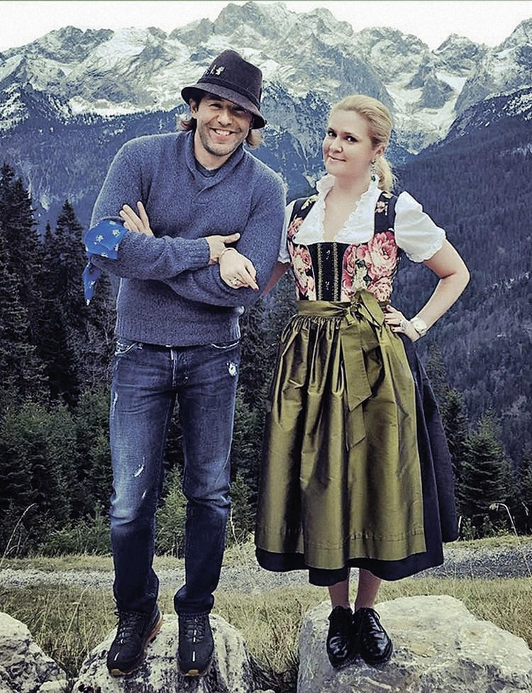 Андрей Малахов и Наталья Шкулева любят путешествовать и не прочь примерить наряды разных народов.