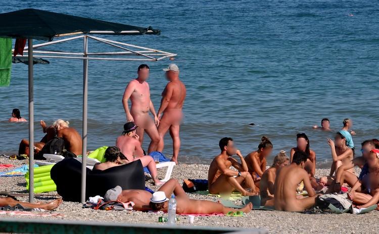 На этом пляже все друг друга знают. Россияне и украинцы приезжают сюда отдыхать из года в год.