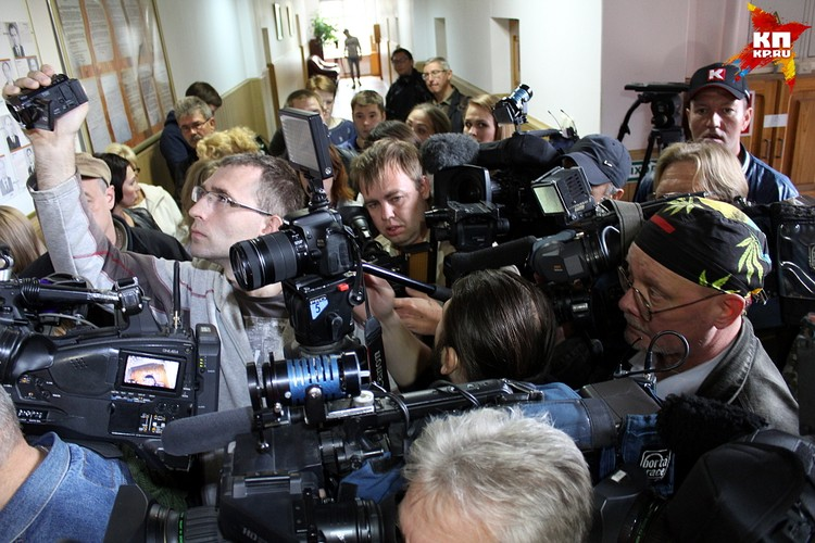Перед залом суда журналисты устроили настоящую давку