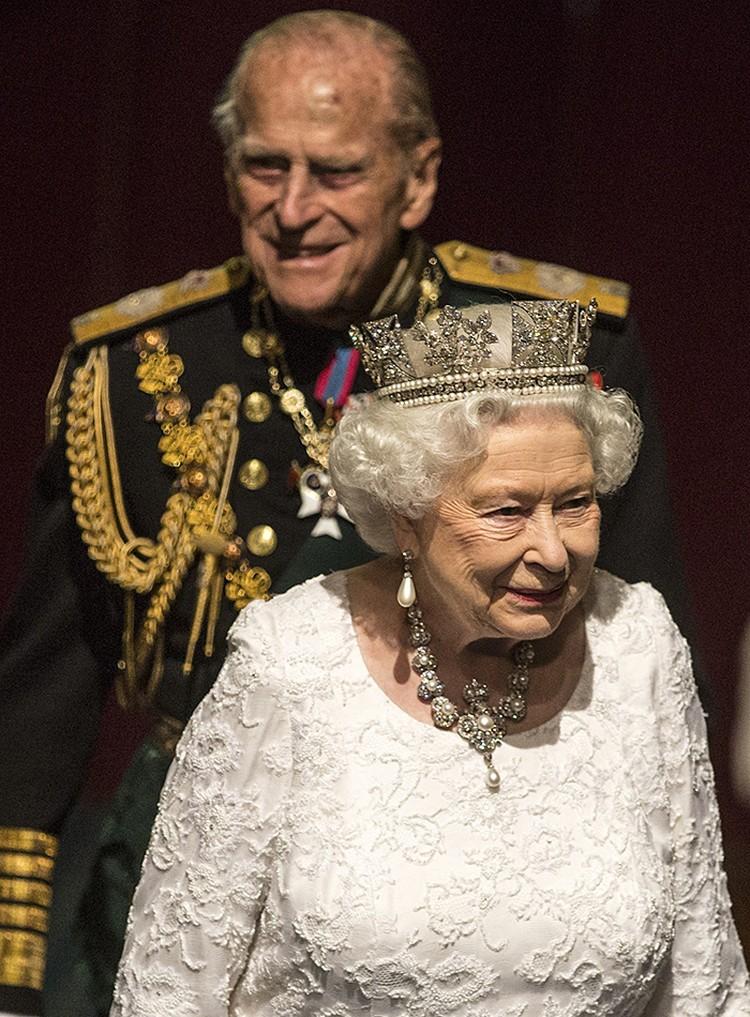 Принц Филипп всегда на два шага позади