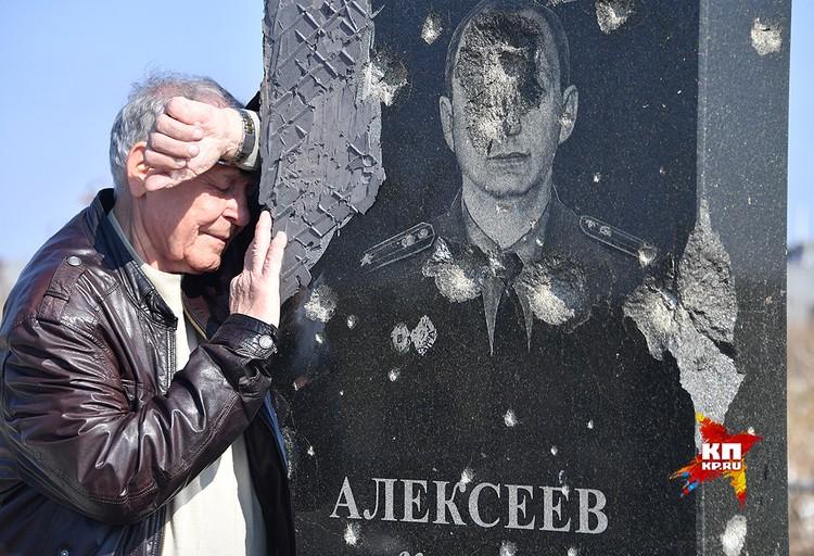 Валерий Григорьевич у могилы сына.