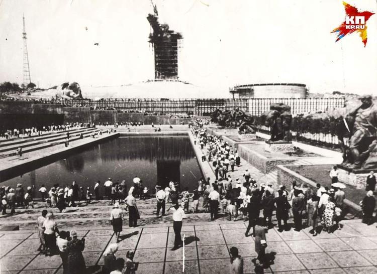 Мемориальный комплекс еще не завершен, но людей на Мамаев курган уже приходило много. 1965 г. Фото: Музей-заповедник «Сталинградская битва».