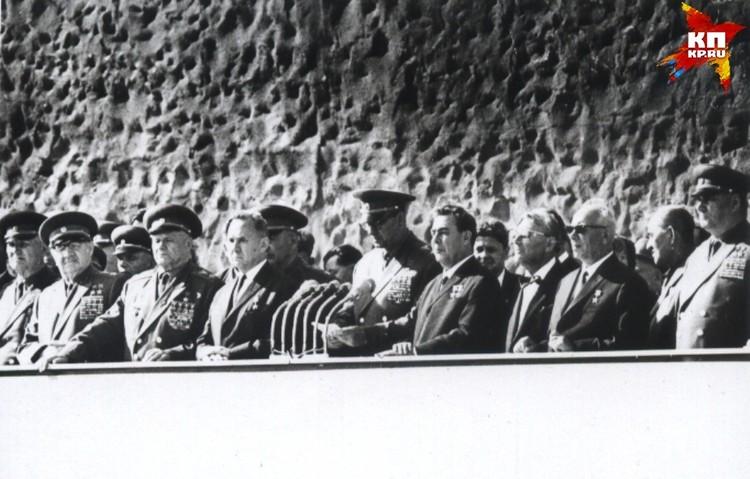 На трибунах - высокие гости. Торжественный митинг на Мамаевом кургане. 15 октября 1967 года. Фото: Музей-заповедник «Сталинградская битва».