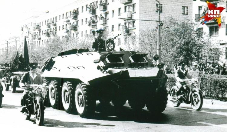 Факел везли через весь город, встречать его на улицы вышли десятки тысяч людей. Фото: Музей-заповедник «Сталинградская битва».