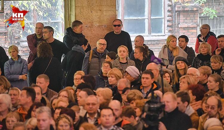 Собравшиеся проститься с актером Дмитрием Марьяновым.