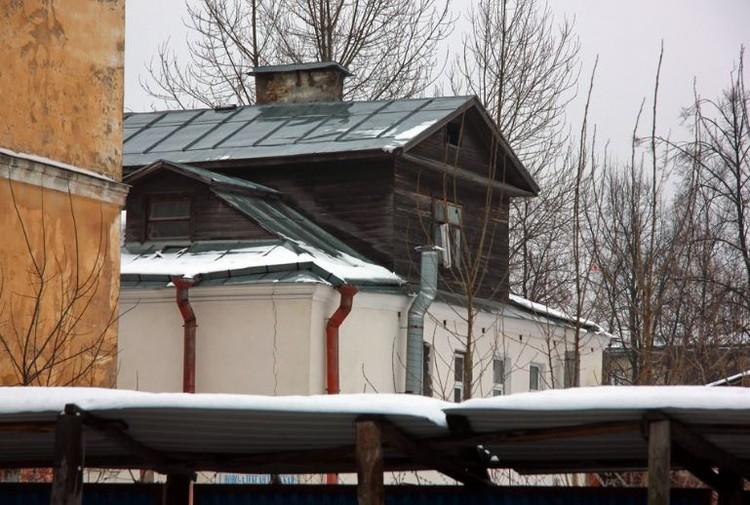 """Дореволюционным зданием с деревянным мезонином пожертвовали ради клиники. Фото: """"Канонер"""""""
