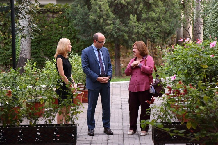 В этом году в Пекин приезжала писательница Светлана Алексиевич, она побывала в белорусском посольстве, очень позитивно отзывалась о встрече и беседе с послом, Фото: Твиттер Кирилла Рудого..