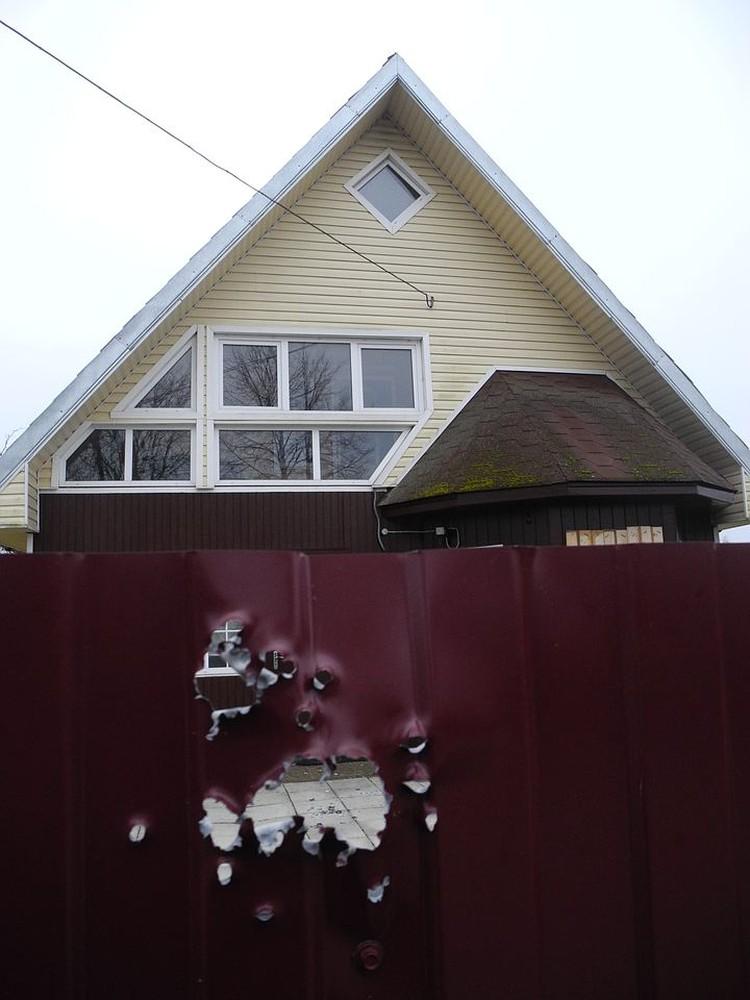 Это дом, из которого велась стрельба: дача родителей Ксюши в поселке Красные Струги. Огонь велся из правого окна на балконе