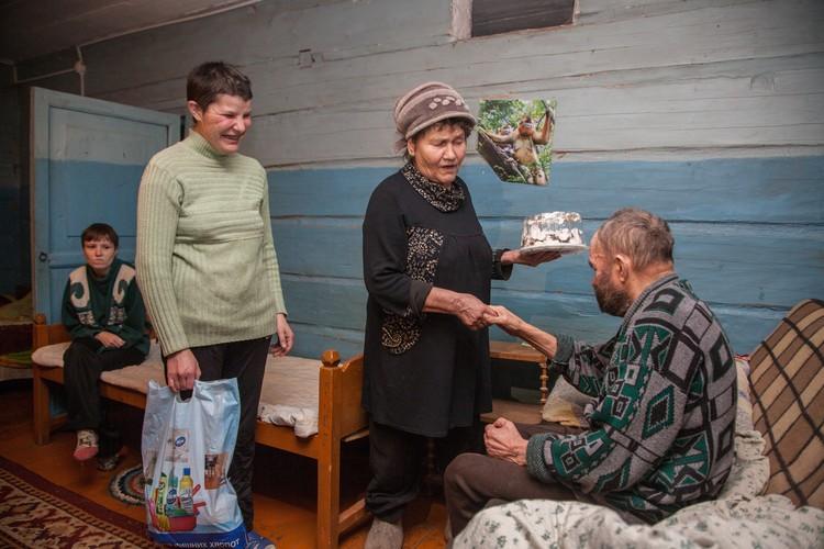 Даже если денег остается совсем немного, Валентина Павловна все-равно старается принести имениннику праздничное угощение