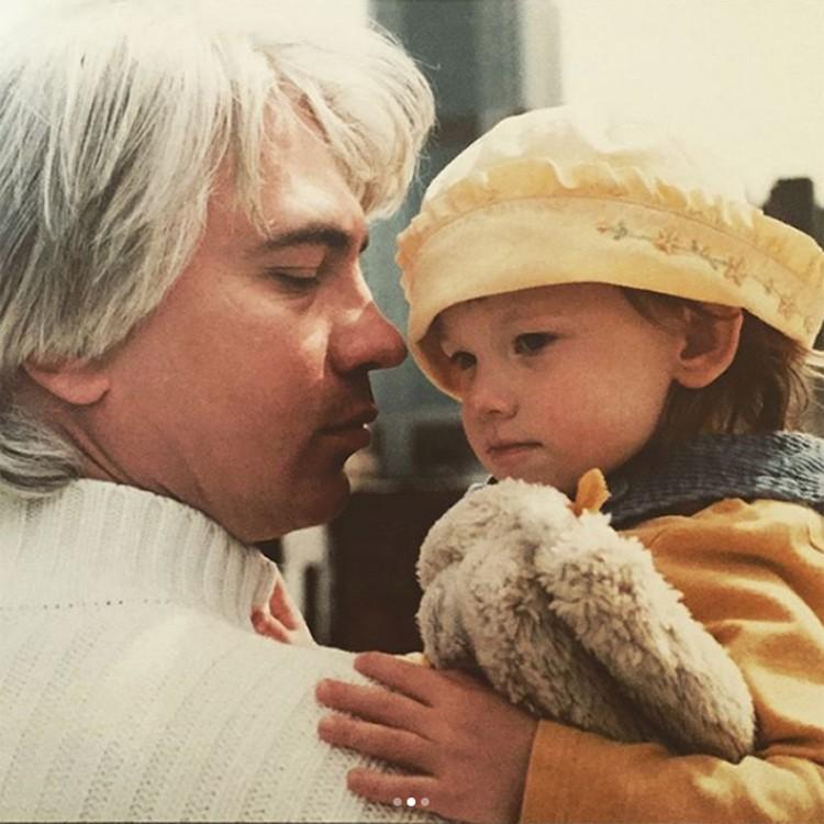 Саша в память об отце и матери опубликовала в своей соцсети редкие кадры родителей в молодости